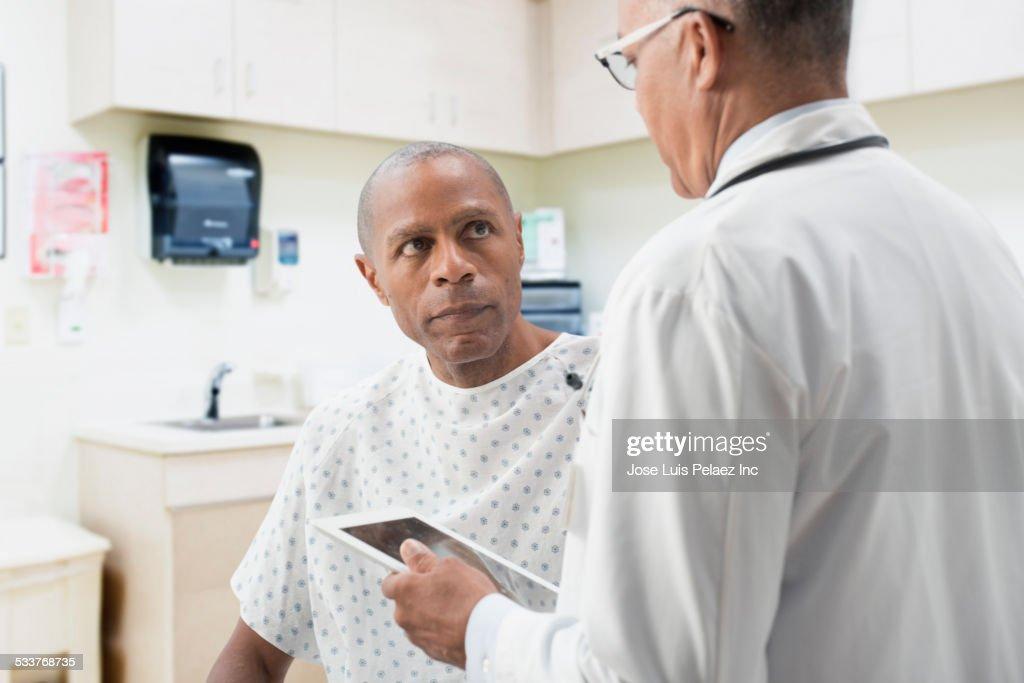 Doctor comforting patient in office : Foto stock