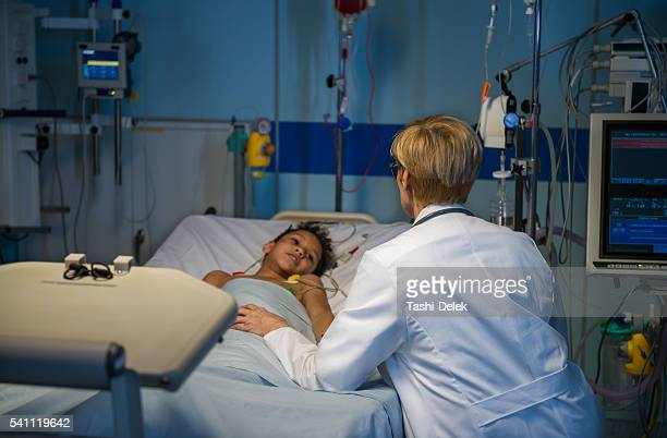 doctor consoling - critical care stock pictures, royalty-free photos & images