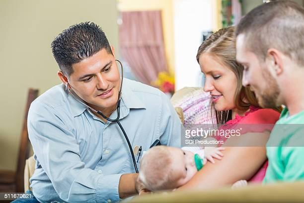 Médico examinar bebê com fibrose quística durante a visita inicial