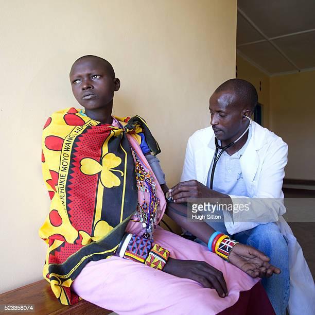 doctor examining patient - hugh sitton stock-fotos und bilder