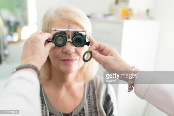Läkare undersöker patienten vision