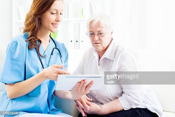 Arzt erklärt medizinische Untersuchung der Ergebnisse und senior patient.