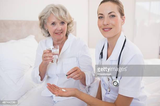 arzt geben tablette, senior patienten im krankenhaus ward - general stock-fotos und bilder