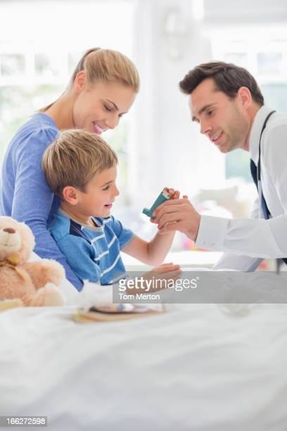 Medico dando figlio Inalatore per l'asma