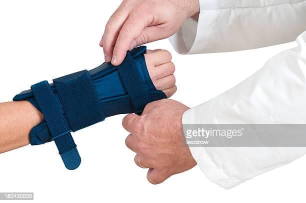Médecin aide avec bretelles de poignet du Tunnel carpien