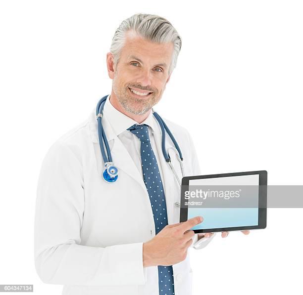 Médecin tenant une tablette ordinateur