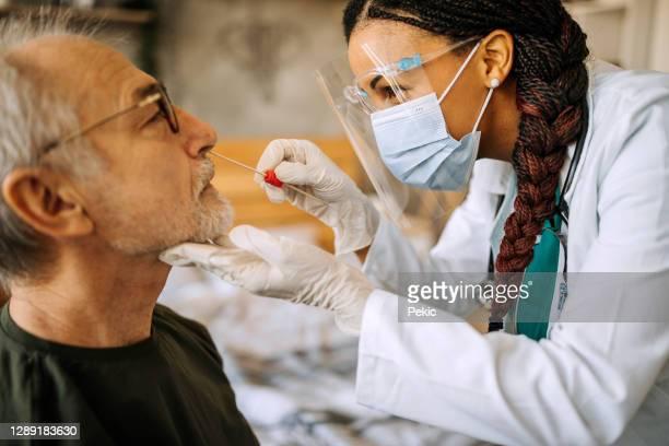 先輩男性への家庭訪問の医師 - セルビア ストックフォトと画像