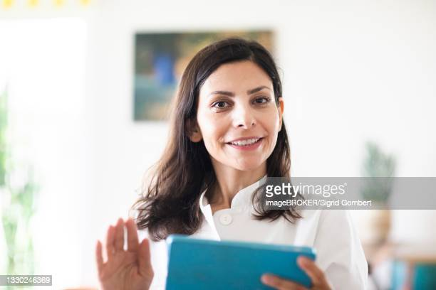 doctor in a practice with tablet, freiburg, baden-wuerttemberg, germany - sigrid gombert fotografías e imágenes de stock