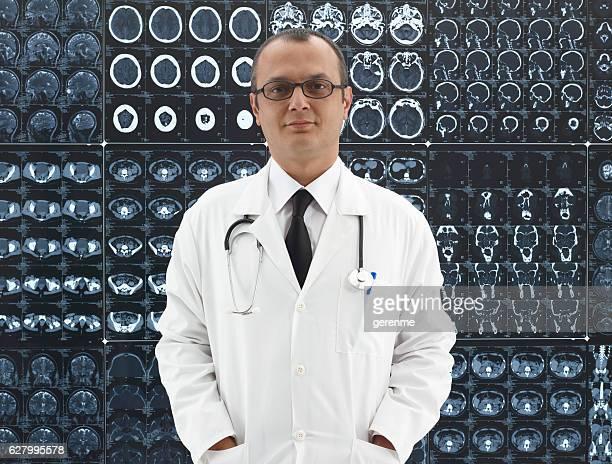 Arzt vor Mri scanner