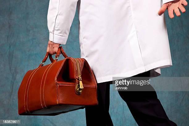 Doktor im Laborkittel rushing, tragen seine Arzt-Tasche aus Leder