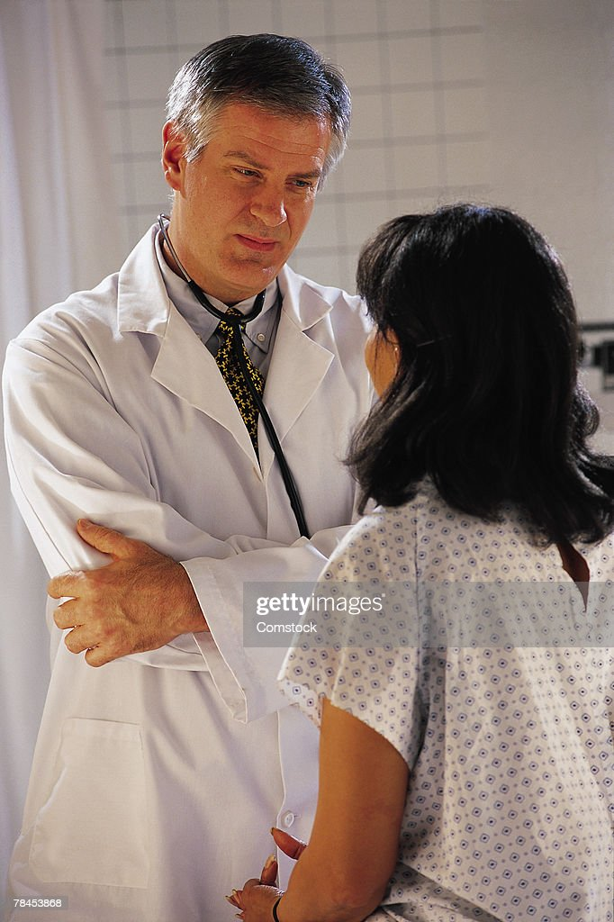 Doctor listening to patient : Stockfoto