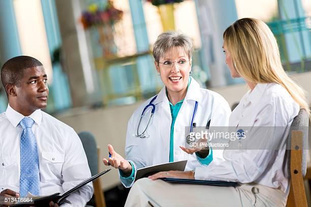 Médico cumplir con los administradores de Hospital