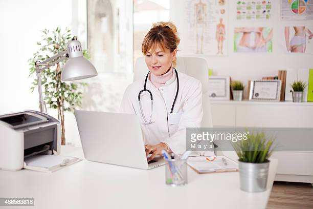 doctor nutritionist - nutritionist stock pictures, royalty-free photos & images