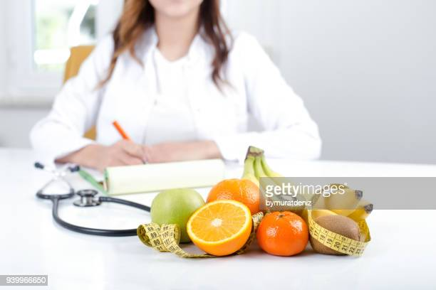 doctor nutritionist with fruits and vegetable - alimentação saudável imagens e fotografias de stock