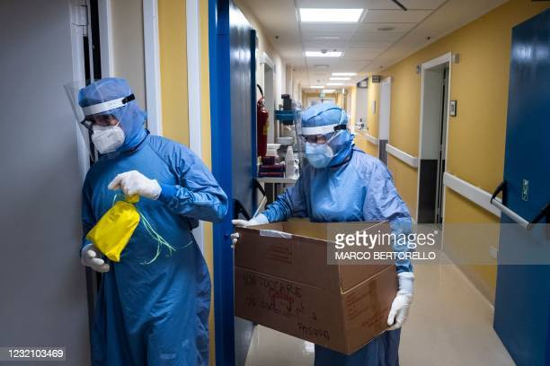 Doctor Paolo Russo holds a Colomba traditional Easter cake as he tours on April 4, 2021 the Covid ward of the GVM Maria Pia Hospital in Turin,...