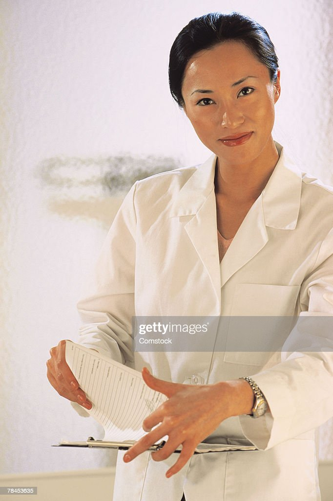 Doctor posing with medical chart : Stockfoto