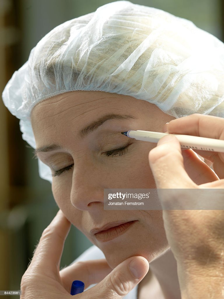Doctor preparing patient for surgery : Stock Photo