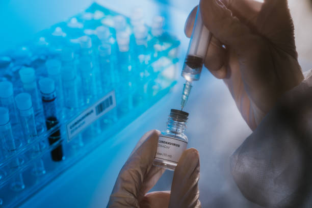 médico prepara a vacina coronavírus covid-19 - covid 19 - fotografias e filmes do acervo