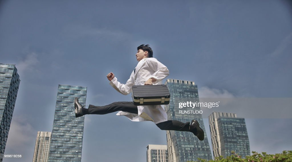 Doctor running with briefcase : Stock-Foto