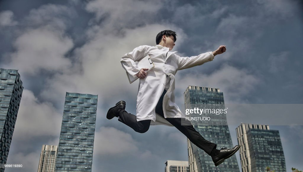 Doctor running with clipboard : Stock-Foto