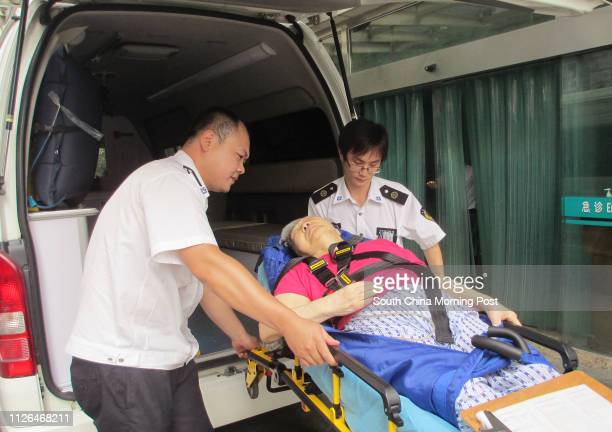 Doctor Shi Guanglei and ambulance driver Chen Xiaoyi took an old woman off the ambulance and sent her to a hospital