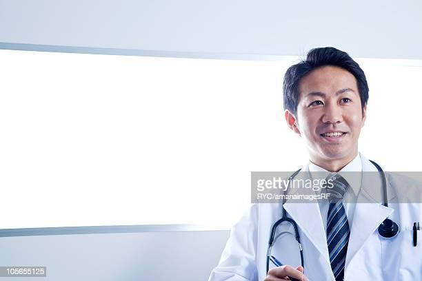 doctor sitting in front of lightbox - 前にいる ストックフォトと画像