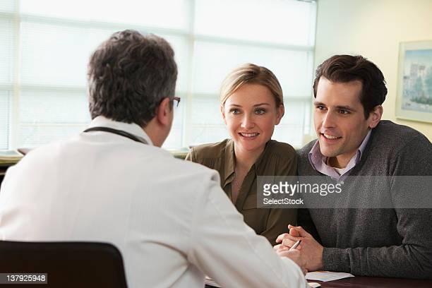 Arzt sprechen Junges Paar