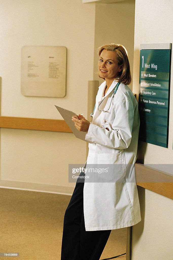 Doctor standing in hospital hallway : Stockfoto