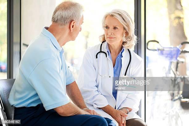 Arzt im Gespräch mit einem Patienten im Krankenhaus
