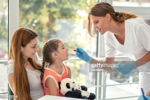 医師の生物標本検査 - 唾液検査 ストックフォトと画像