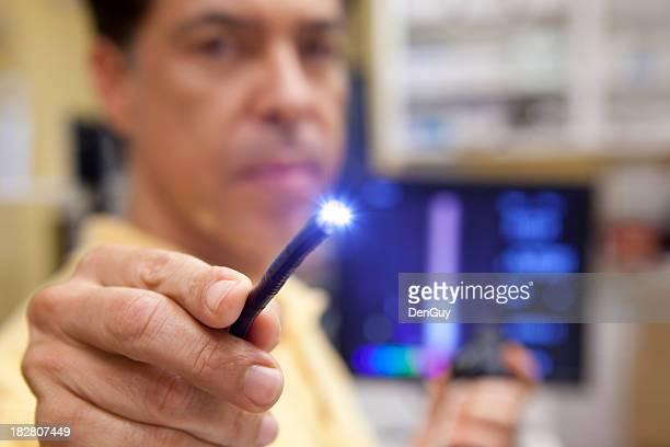 Arzt hält beleuchtete Galileo für Endoscopy