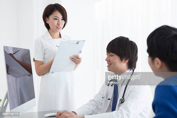 Doctor to listen to the patient's condition