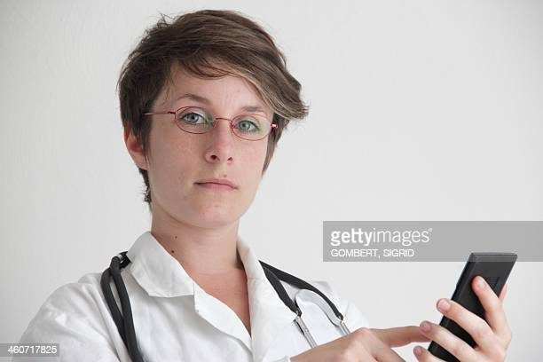 doctor using a mobile phone - sigrid gombert - fotografias e filmes do acervo