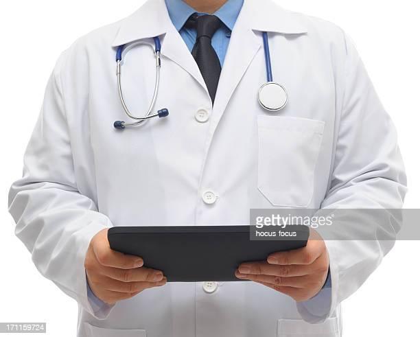 Médecin à l'aide d'une tablette pc