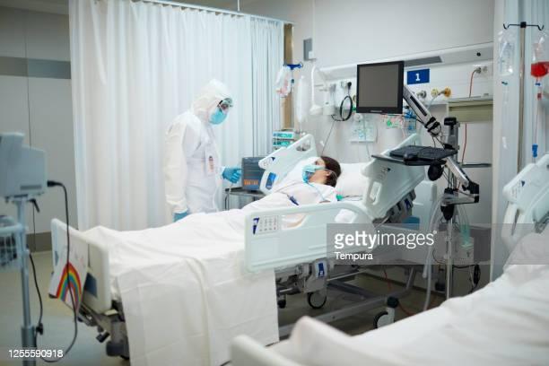 icuでcovid患者を訪問する医師。 - 集中治療室 ストックフォトと画像