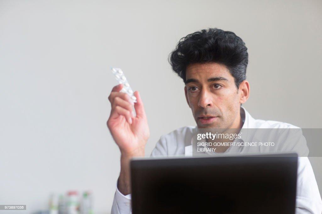 Doctor with pills : ストックフォト