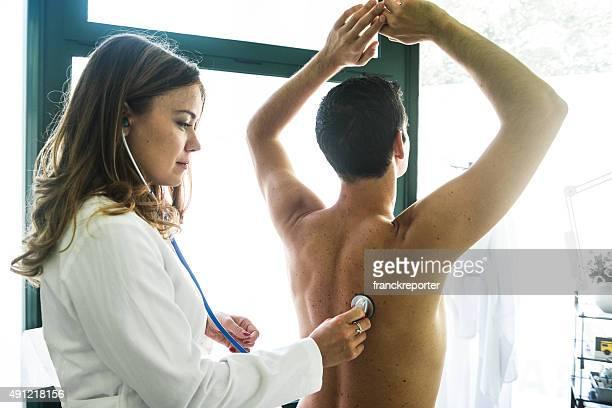 Arzt mit Stethoskop macht die Ärztliche Untersuchung