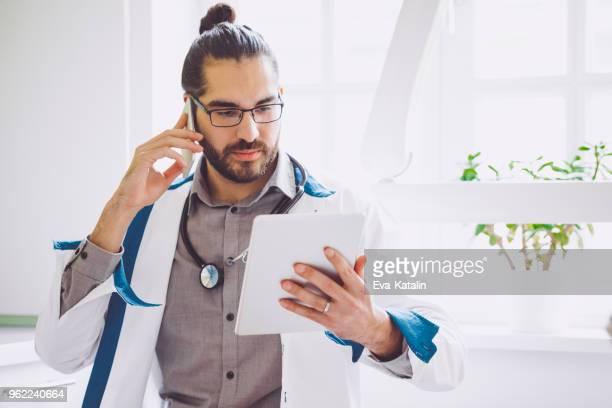 Médecin travaillant dans son bureau