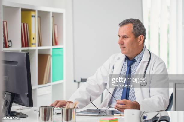 Arzt Arbeiten am computer