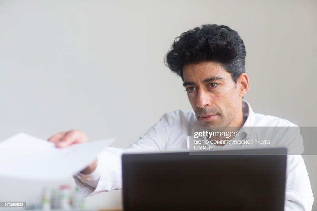 Doctor working on laptop : ストックフォト
