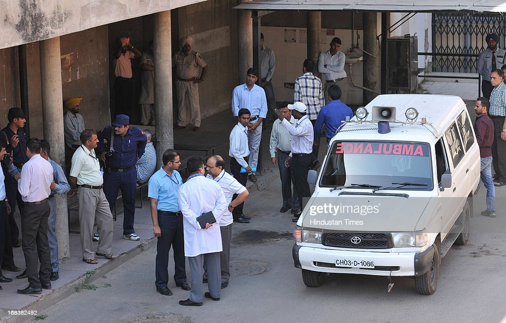 Doctors and Chandigarh police outside Mortuary of PGI Chandigarh where body of Pakistani prisoner Sanaullah Ranjay is kept on May 9 2013 in...
