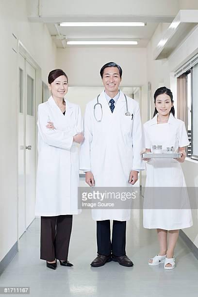 医師や看護師 - 白衣 ストックフォトと画像