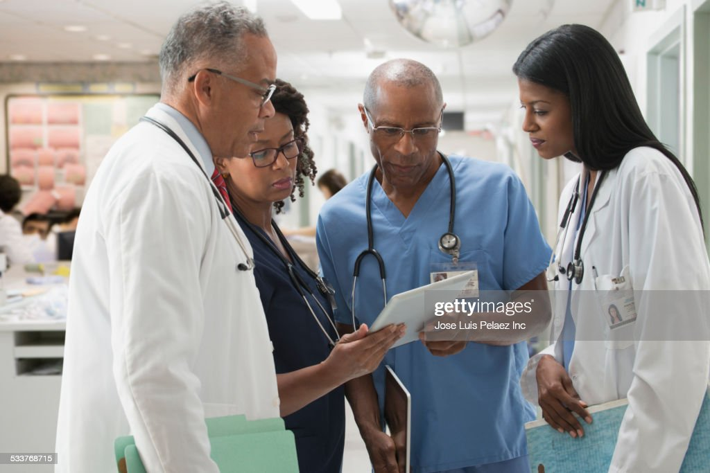Doctors and nurses reviewing medical chart in hospital : Foto stock