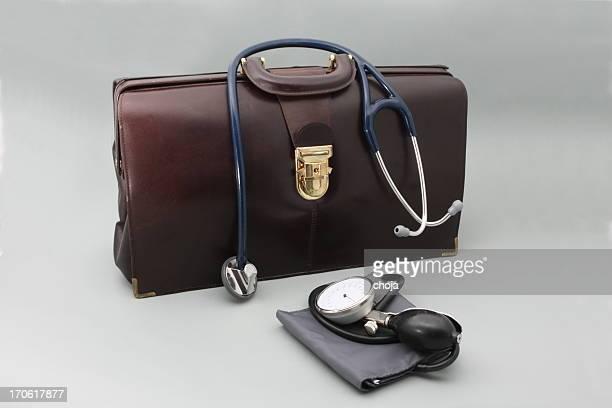 Doctor's bag mit Stethoskop auf einem grauen Hintergrund
