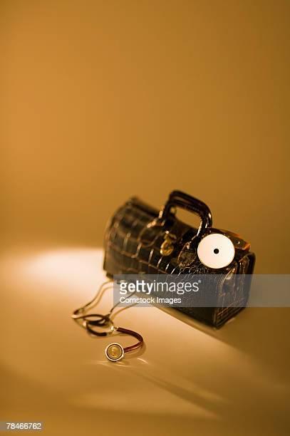 doctor's black bag with stethoscope - dokterstas stockfoto's en -beelden