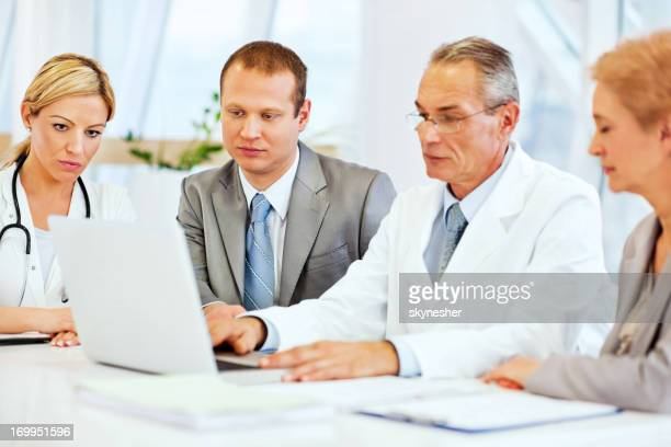 Ärzte die Zusammenarbeit mit Business-Team.