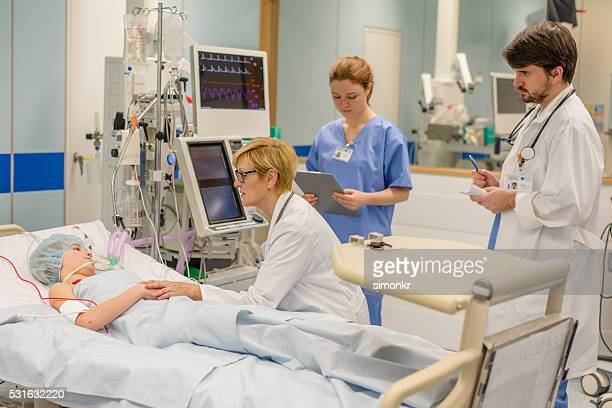 doctors consoling - intensive care unit stock pictures, royalty-free photos & images