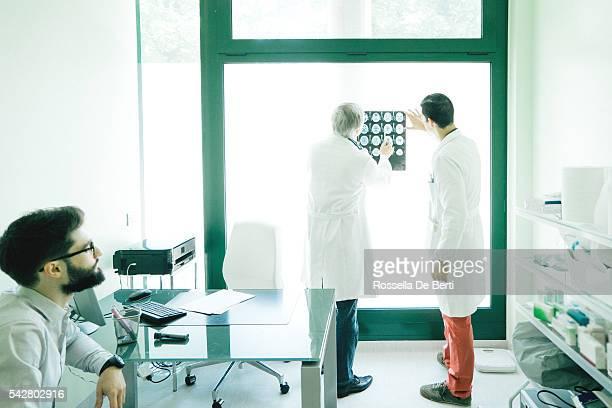 Arzt Beratung über eine Magnetresonanztomographie des Gehirns