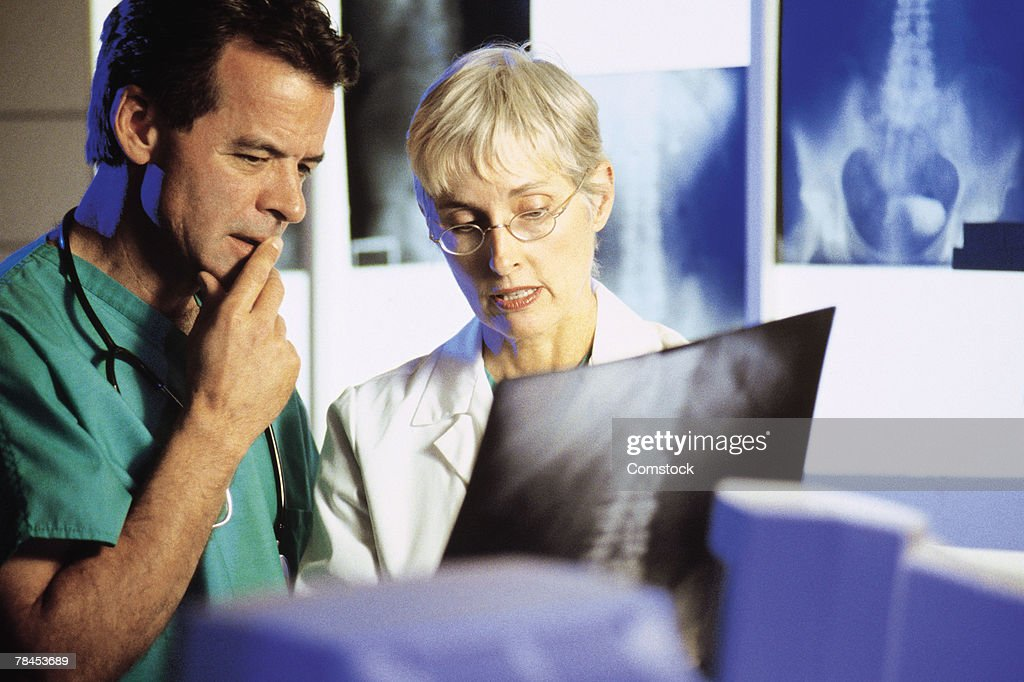 Doctors consulting about x-ray : Stockfoto