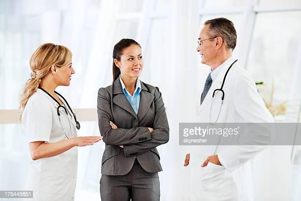 Ärzte diskutieren mit einem Patienten.
